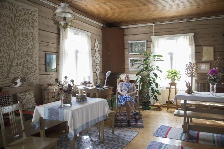 Anni Harju on säilyttänyt pirtissä monia alkuperäisiä huonekaluja, jotka on tehty talon valmistumisen aikoihin. Hän on kymmenen vuotta kotitaloaan nuorempi.