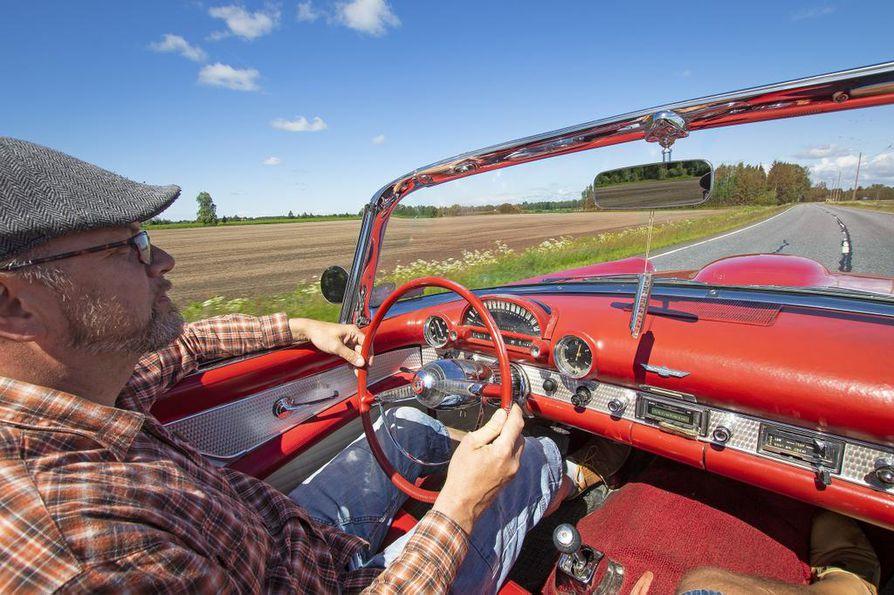 """Ajotuntuma vuoden 1955 urheiluautossa on kohdallaan. """"Amerikkalaiset sanovat, että riittää kun kuski on läsnä. Auto hoitaa loput"""", Riiski naurahtaa."""