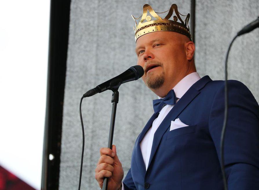 Tangokuningas Johannes Vatjus myönsi, että oman kotipaikkakunnan esiintymislavalle nouseminen jännitti.