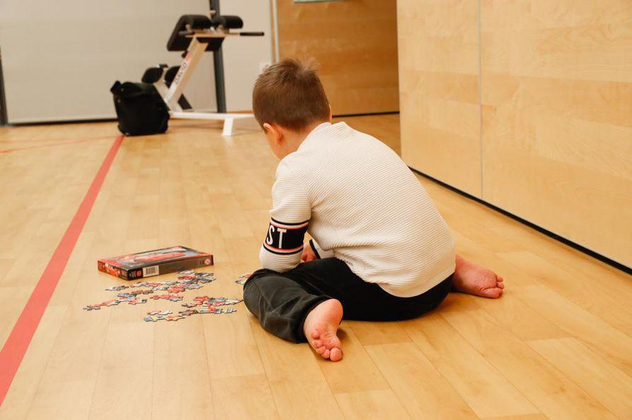 W-asennossa lonkat ja reisi ovat sisäkierrossa ja lantio lukkiutunut, jolloin siihen ei tule minkäänlaista kiertoliikettä. Lapsen onkin hyvä vaihtaa istuma-asentoa aika ajoin, jolloin hän pääsee harjoittelemaan tasapainoa paremmin.
