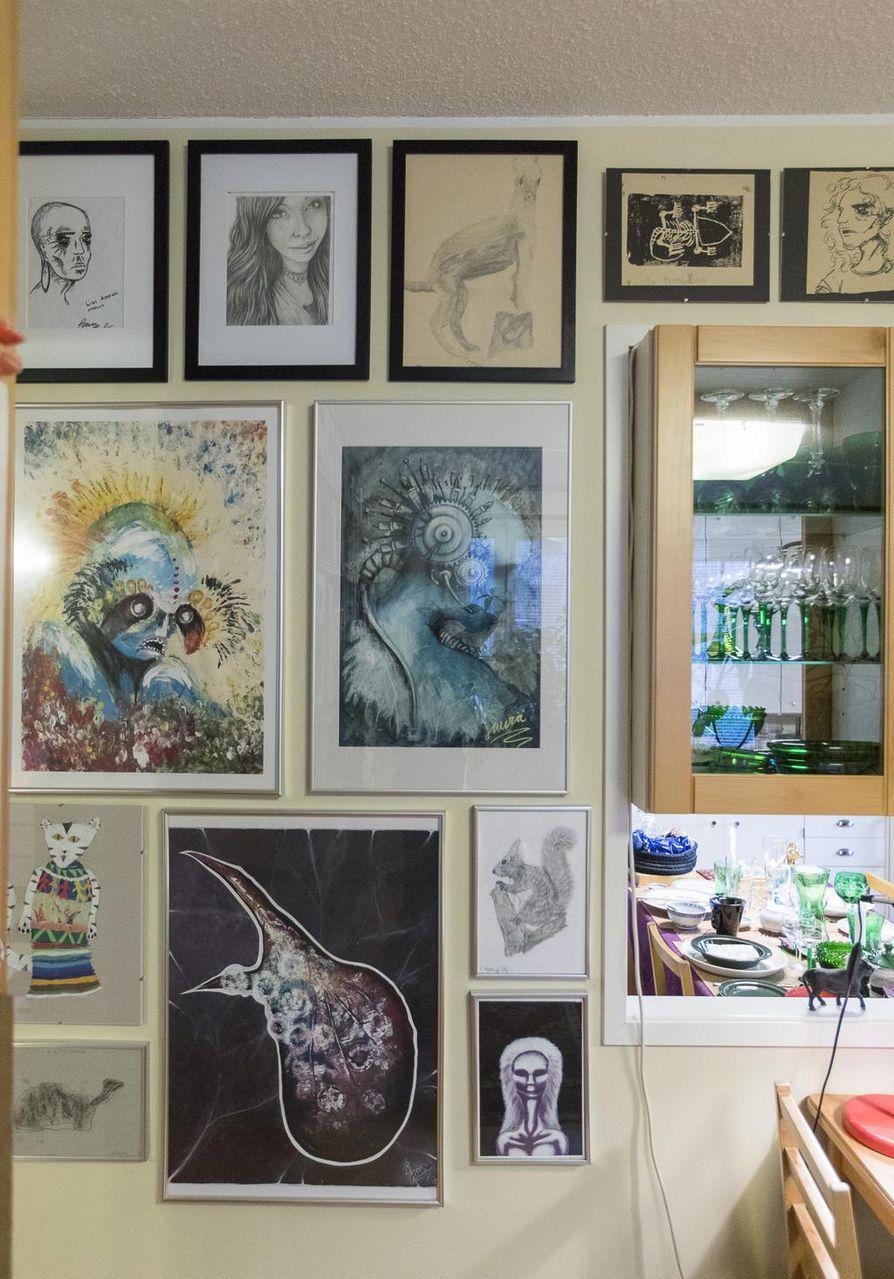 Olohuoneesta löytyy ruokailutilaa keittiöpöydän jatkeeksi, seinälle on asetettu asujalleen tärkeitä taideteoksia.