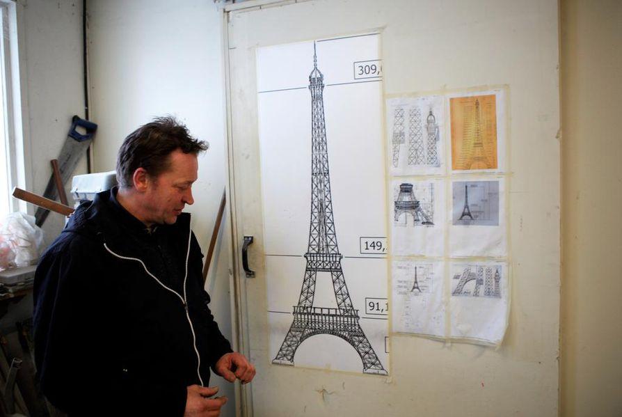 Pasi Keskisarjan verstaan seinällä on jo kaavakuvia Eiffel-tornista.