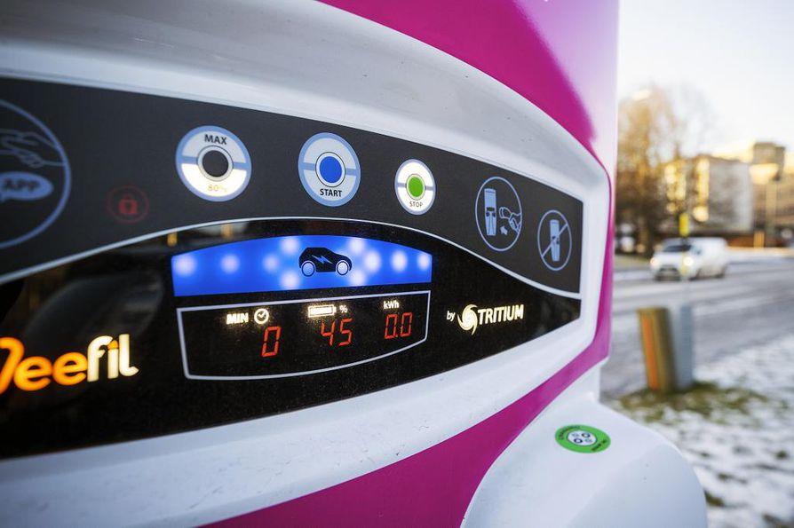 Latauspisteestä näkyy, kuinka paljon auto on latautunut. Samaa tilannetta voi seurata mobiiliohjelman kautta. Lataus katkaistaan puhelimella tai latauspisteeltä.