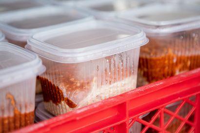 Koronavirusepidemia vei monelta päivän aterian – Ruoka-apuun ja kouluruokaan keksitään uusia konsteja