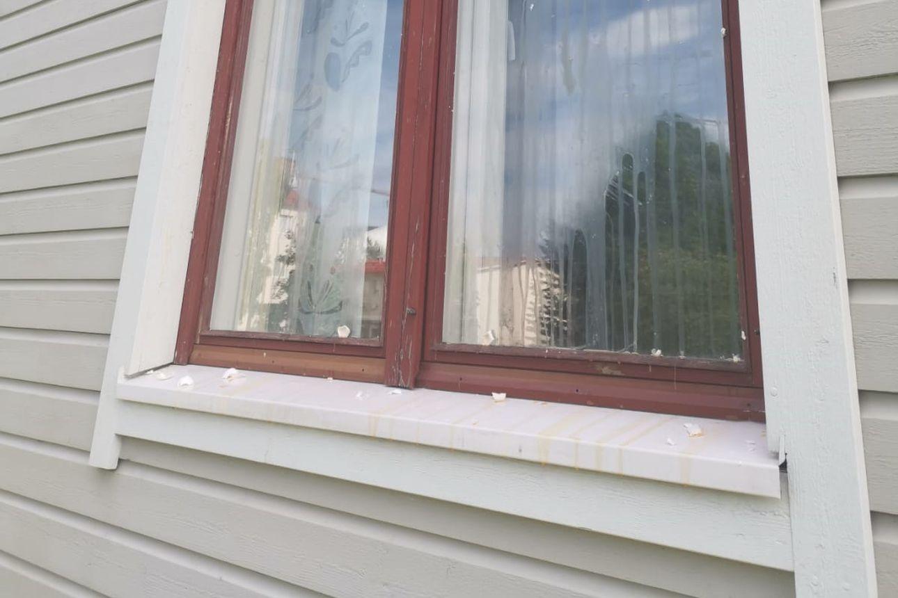 Nuorisojoukko häiriköi Karjasillalla potkimalla talojen seiniä ja nakkelemalla kananmunia ikkunoihin – Poliisi: pelkkä somekirjoittelu ei ratkaise asiaa