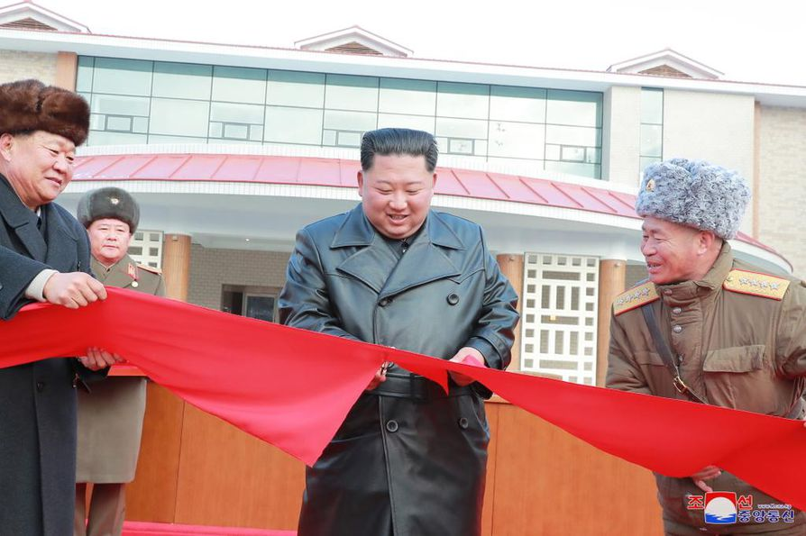 Pohjois-Korean johtaja Kim Jong-un (kesk.) avasi sunnuntaina Yangdokin maakunnan kuumien lähteiden kulttuurisen vapaa-ajan keskuksen.