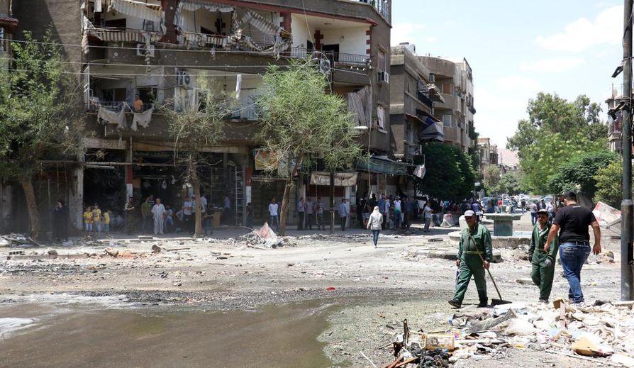 Syyrian sota on käynyt kalliiksi maan taloudelle. Kuvassa siivotaan pommituksen jälkiä Damaskoksessa.