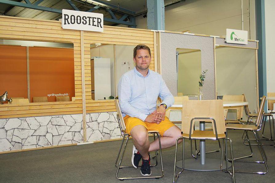Oulaisella Cafe Roosterilla on Yrityskylässä oma kahvio ja suuri terassi. Jussi Ylitalo päiväkahviaikaan Roosterin terassilla Yrityskylän keskusaukiolla.