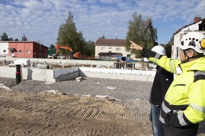 Materiaali on kortilla rakennustyömailla - myös Siikalatvan koulurakennuksilla materiaalin saantivaikeuksia
