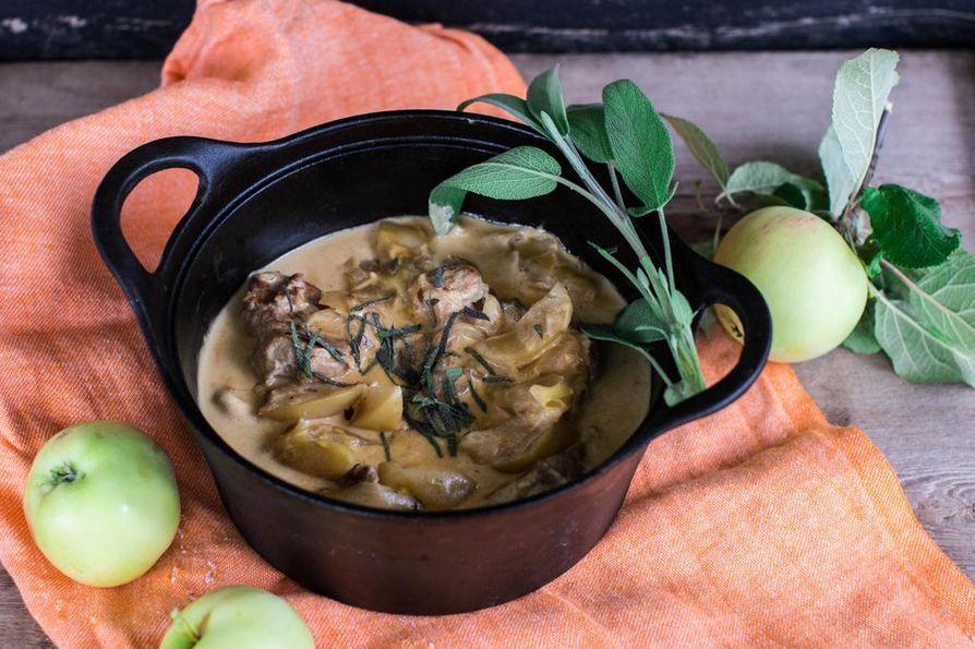 Possun sisäfileen ansiosta omenainen salvia-possupata kypsyy uunissa maukkaaksi ja pehmeäksi jo puolessa tunnissa.