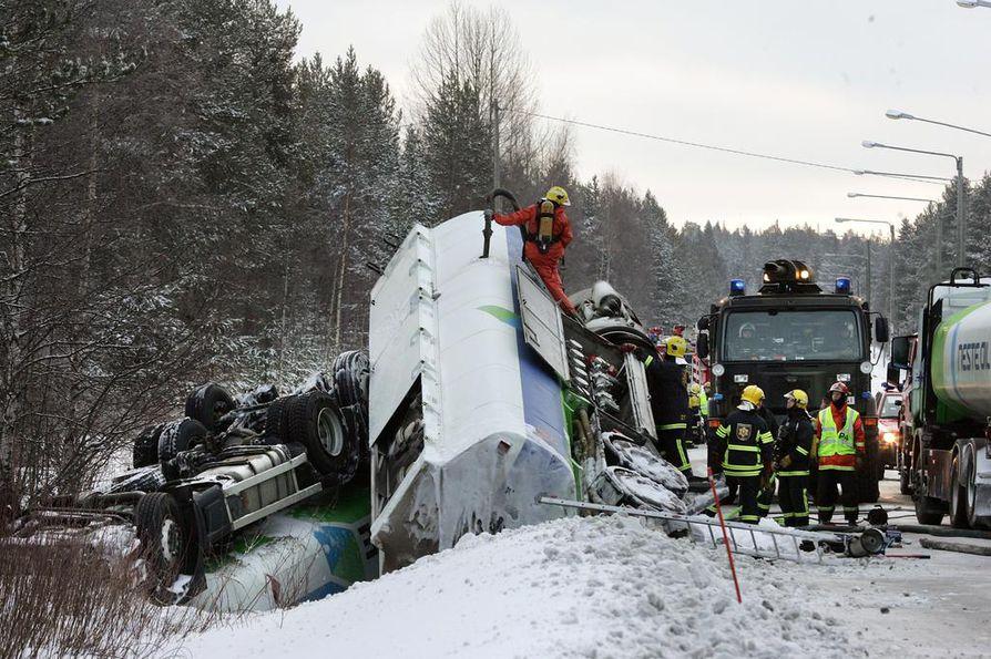 Kaatuneen säiliöauton tyhjennys on ympäristö- ja terveysriski. Siksi tie voi olla kiinni kauan.