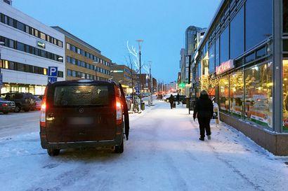 """Pysäköinnintarkastajat ottivat jalkakäytävälle pysäköinnin erityistarkkailuun Rovaniemellä –Taksikuskit ihmeissään: """"Kaupunki jahtaa takseja"""""""