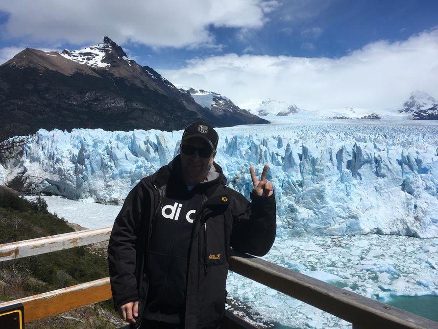 Perito Moreno jäätikön edessä.