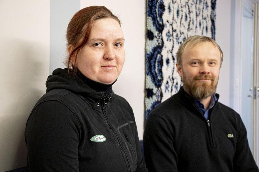 Anna Widnäs kävi Gumeruksen koululla kertomassa yrittäjien lahjoituksesta rehtori Jusa Honkalalle.