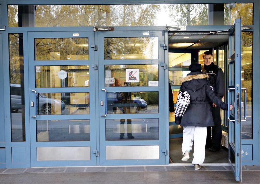 Vartija varmisti lokakuussa puukotusten jälkeisenä päivänä, että ylimääräisiä henkilöitä ei päässyt koulurakennukseen.