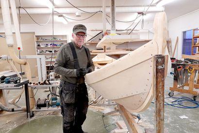 Tenon veneitä tekevä Tenonlaakson vuoden yrittäjä Jouni Laiti nauttii työstään ja haluaa edelleen aamuisin verstaalleen