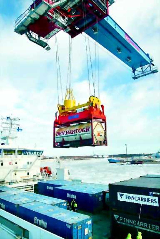 Kontin vauhdikkaammin laivaan. Oulun satamaan hankittu uusi pukkikonttinosturi mahdollistaa konttien lastaamisen jopa 60 yksikön vauhdilla. Konttilastauksen tehostaminen vähentää laivojen lastausaikaa ja mahdollistaa myös satama lisäliikenteen.