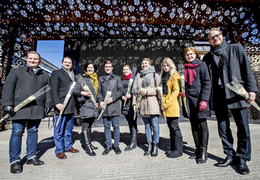 Uudet kansanedustajat kukitettiin kello 14 Rotuaarilla Oulussa. Kuvassa vasemmalta Janne Heikkinen (kok.), Ville Vähämäki (ps.), Hanna-Leena Mattila (kesk.), Pekka Aittakumpu (kesk.) Katja Hänninen (vas.), Jenni Pitko (vihr.), Jenna Simula (ps.), Mari-Leena Talvitie (kok.), Olli Immonen (ps.).