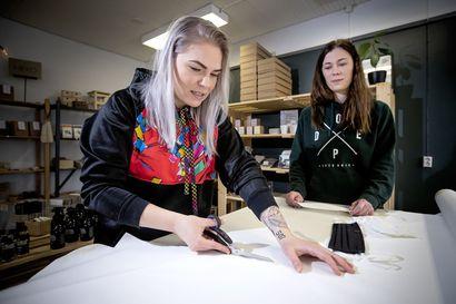 Koronavirusepidemia tyhjensi yrittäjien kalenterit, mutta nyt Milja Salmela ja Niina Nuorala ovat valmiina tekemään kasvomaskeja