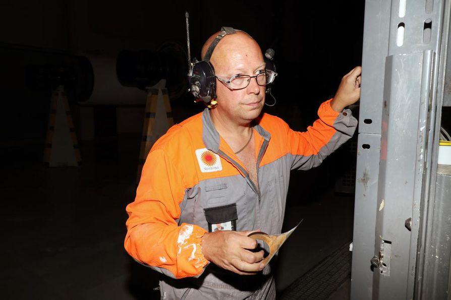 Ari Itämies ottaa valmiista paperirullasta näytteet, jotka toimitetaan laboratorioon tutkittavaksi. Paperin laatua tarkkaillaan myös silmämääräisesti ja sormituntumalla.