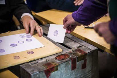 Vaalien siirtämistä pidetään oikeana päätöksenä demokratian ja turvallisuuden kannalta – Kritiikkiäkin kuuluu etenkin perussuomalaisten joukoista