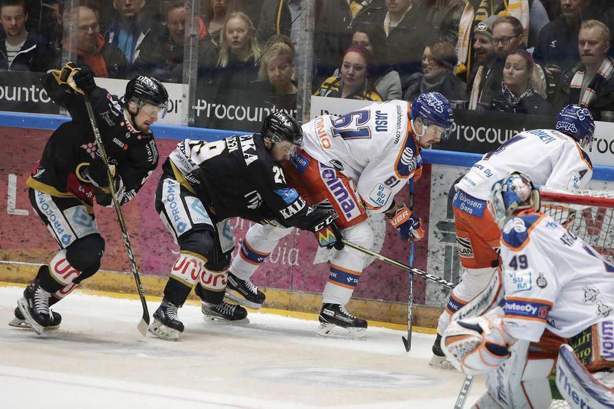 Kärppien ja Tapparan välinen finaalisarja on katkolla tänään maanantaina, kun Tampereella pelataan neljäs ottelu.