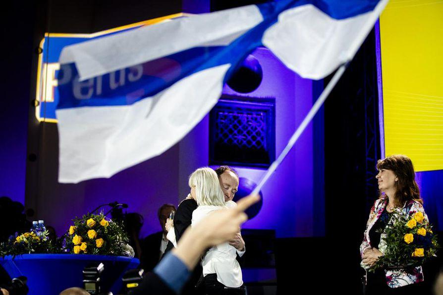 Perussuomalaisten puheenjohtaja Jussi Halla-aho onnitteli puolueen toista uutta europarlamentaarikkoa Laura Huhtasaarta puolueen vaalivalvojaisissa sunnuntaina Helsingissä.