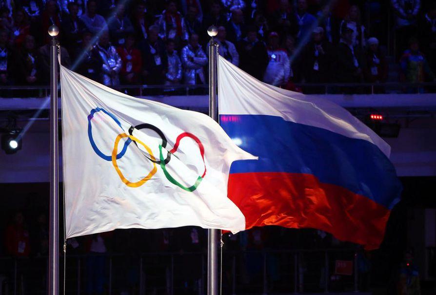 Venäjän lippu liehui Sochin olympialaisissa vuonna 2014.  Kaksissa seuraavissa olympialaisissa venäläisurheilijat saavat urheilla vain ilman kansallistunnuksia.