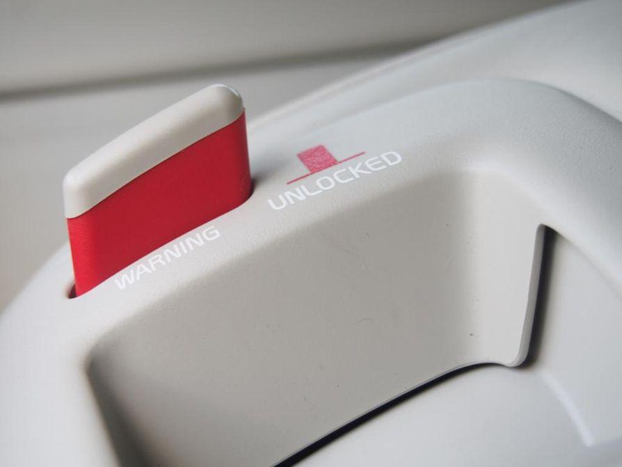 Volvolainen turvallisuusniksi: salvan punaväri kertoo, että takaistuin ei ole lukkiutunut kunnolla paikoilleen.