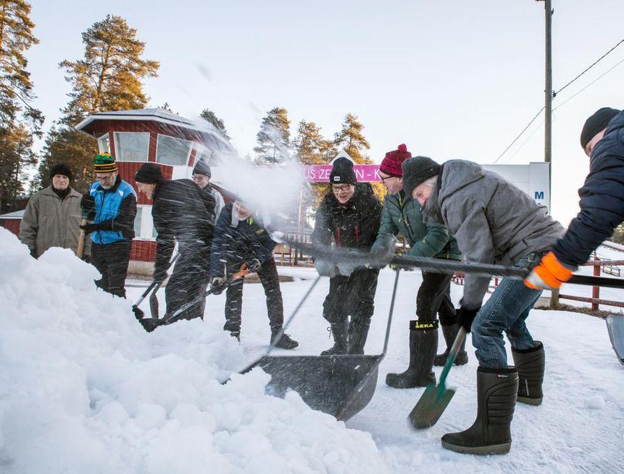 Pertin hiihdon kilpailunjohtaja Veikko Isokangas ja Kempeleen Maratonklubin puheenjohtaja Juha Liljamo saman kolan varressa.