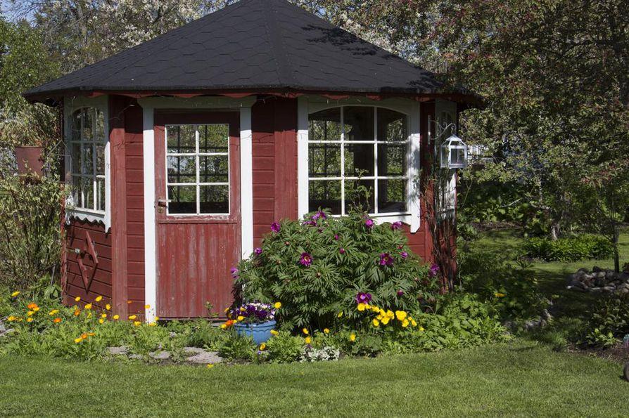 Wanhan pappilan vierastalossa matkailijat voivat viettää aikaa myös puutarhassa ja huvimajassa.