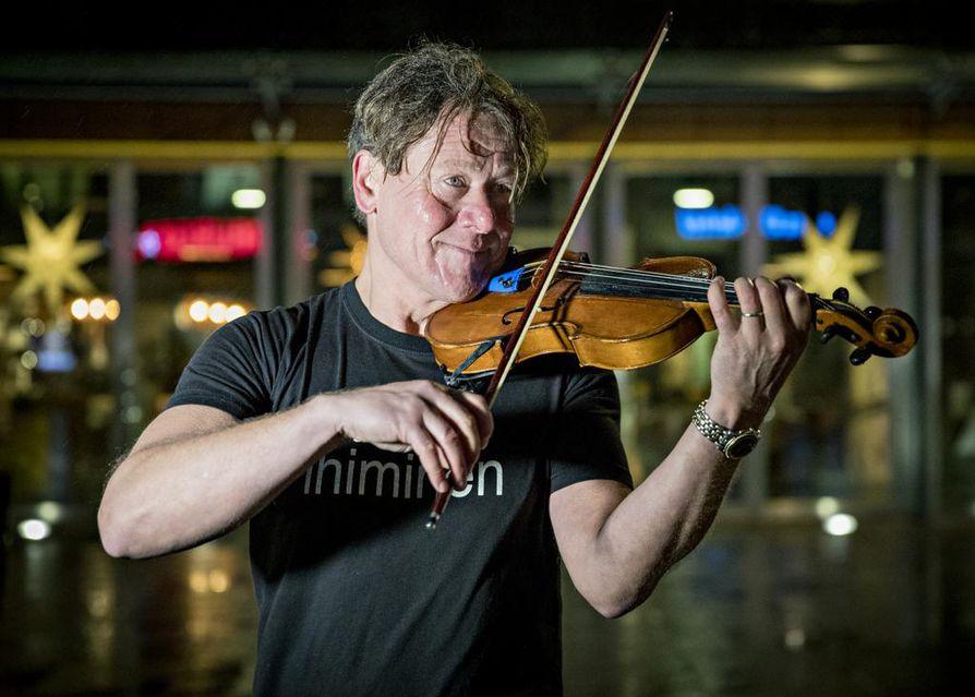 Jari Suomalainen vieraili vuodenvaihteen tienoilla Oulussa ja kävi soittamassa viulua Rotuaarilla.