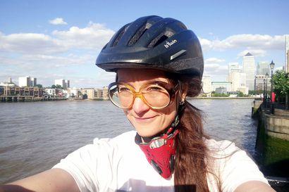 Elisa Alaluusua reissaa Lontoon ja Luusuan väliä – kemijärveläisen porotilan tytär on taiteilija kahden paikan loukussa