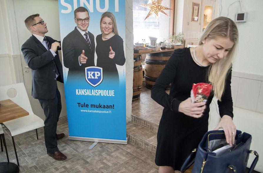 Kansalaispuolueen Sami Kilpeläinen ja Piia Kattelus kommentoivat maanantaina Helsingissä käräjäoikeuden ratkaisua. Arkistokuva viime helmikuulta.