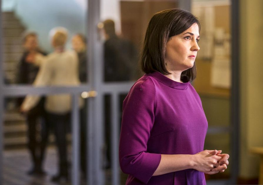 Opetusministeri Sanni Grahn-Laasonen (kok.) sanoo, että opettajien tietoisuutta sosiaalisen median ilmiöistä pyritään lisäämään.