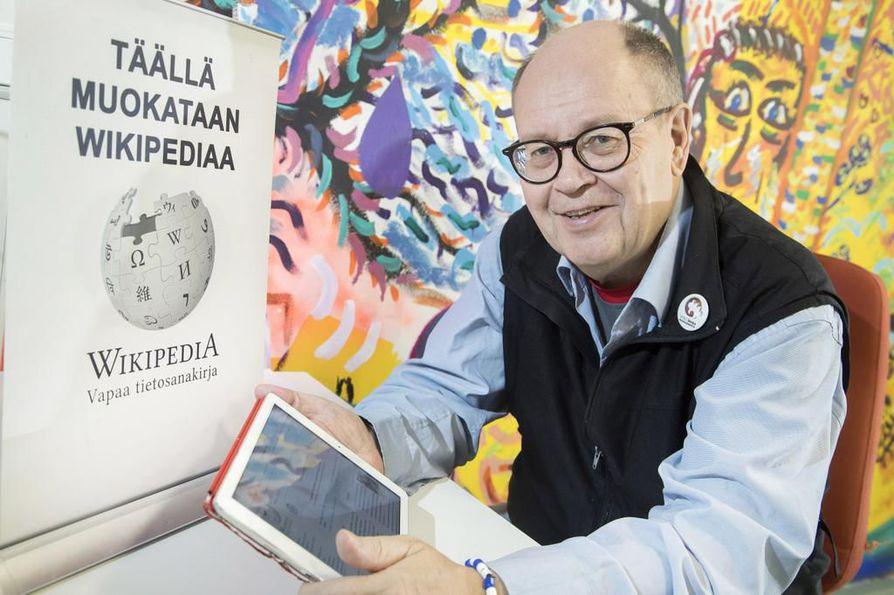 Wikipedian artikkeleita voi täydentää ja muokata kuka tahansa. Muokkaukset ovat muiden tarkistettavissa, kertoo Heikki Kastemaa.