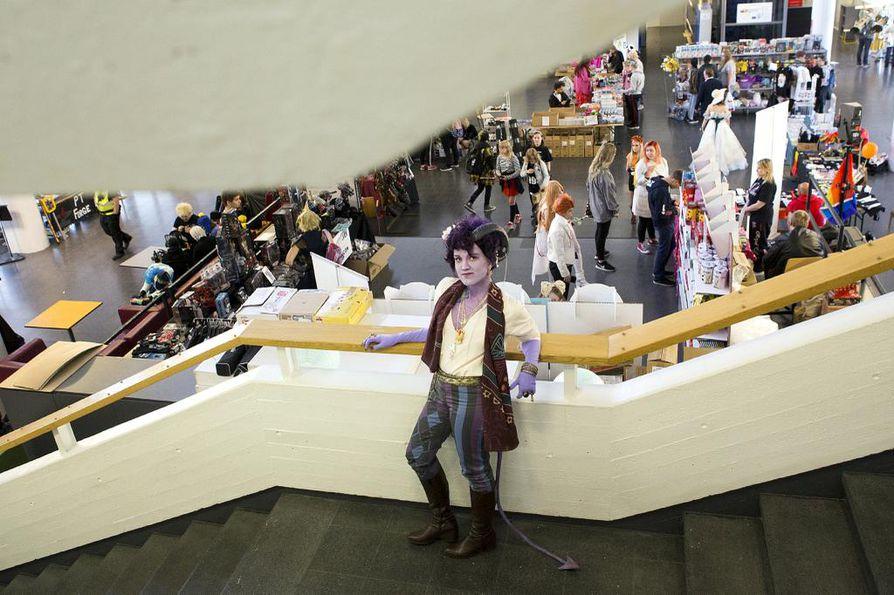 Ronja Valasma osallistuu viikonloppuna Pohjankartanossa pidettävään Matsucon-tapahtumaan. Hänen violetit asunsa ja ihonvärinsä sekä sarvensa ilmentävät Dungeons & Dragonsin Mollymauk Tealeaf -hahmoa.