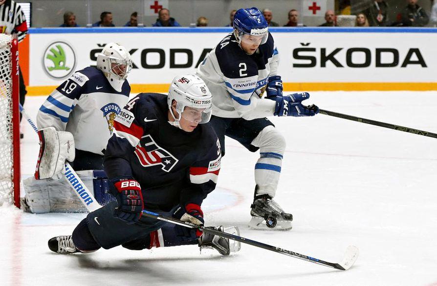 Ex-kärppä Ville Pokka (2) oli voittamassa Suomelle hopeaa vuoden 2016 MM-kisoissa. Silloin Pokka sai vastaansa USA:n Auston Matthewsin. Leijonien maalilla Mikko Koskinen.