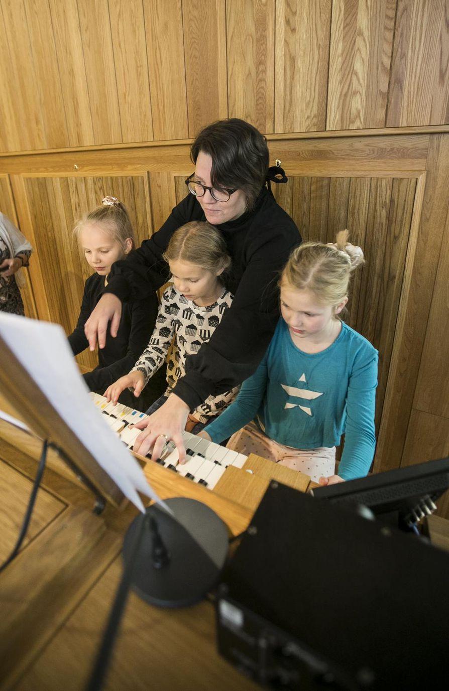 Ystäväni on kuin villasukka -säestys oli Lotta Hämeenniemen (vas.), Tilda Järvenpään ja Krista Pajusen vastuulla. Emilia Soranta auttoi tarvittaessa.