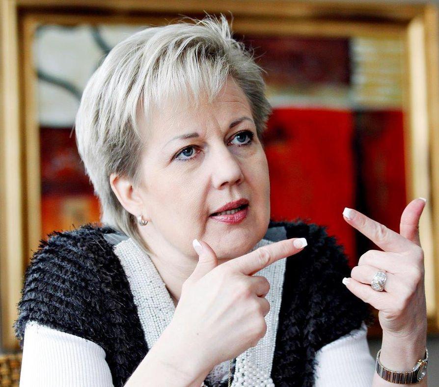 Ex-ministeri Suvi Lindén palasi viime viikolla Ugandan ja Egyptin matkoiltaan Suomeen. Nyt hän on Barcelonassa, jossa pidetään vuosittain mobiilialan suurtapahtuma.