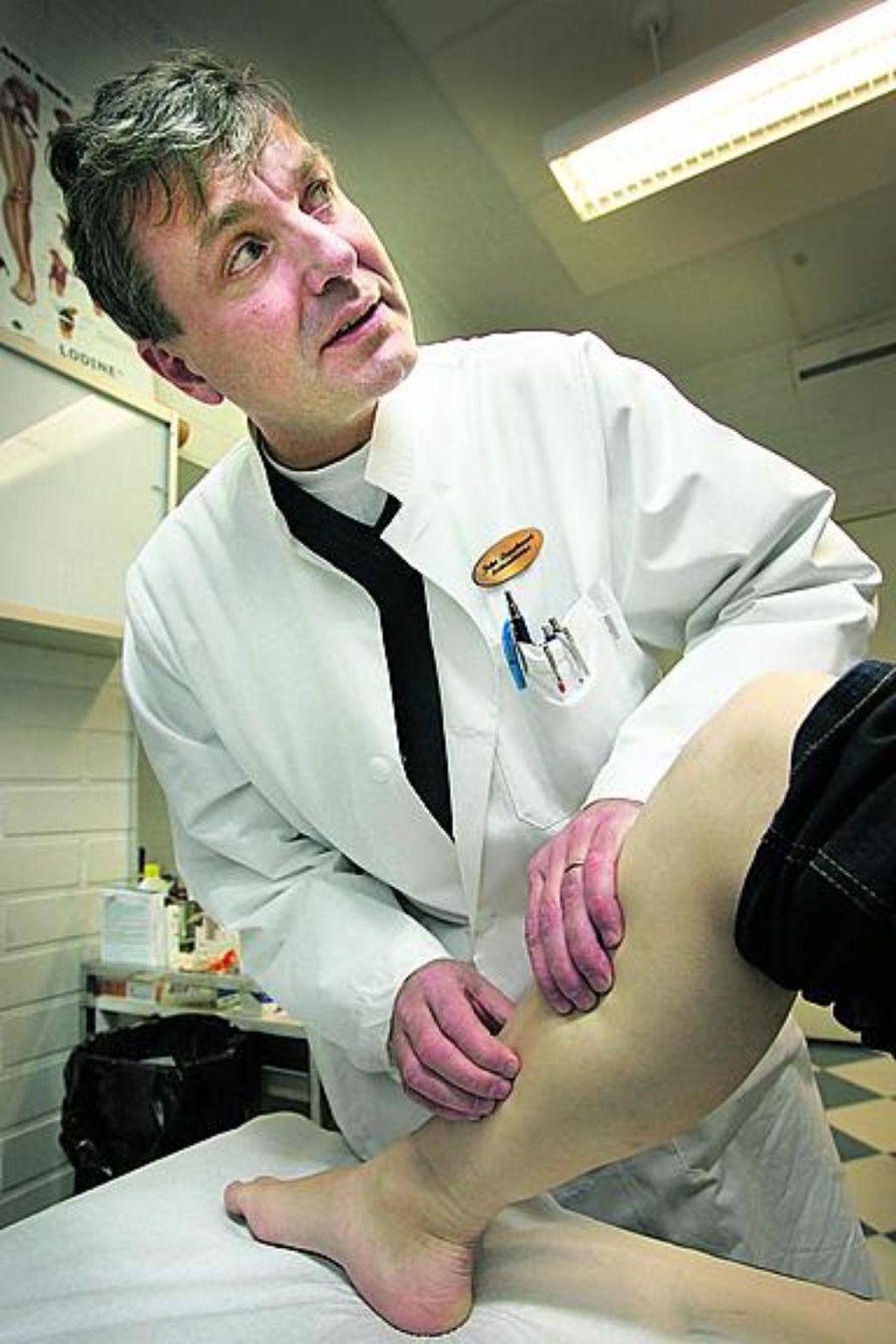 Vain todella ajattelematon säästää liikuntajalkineissaan, sanoo liikuntalääkäri Juha Leppävuori.