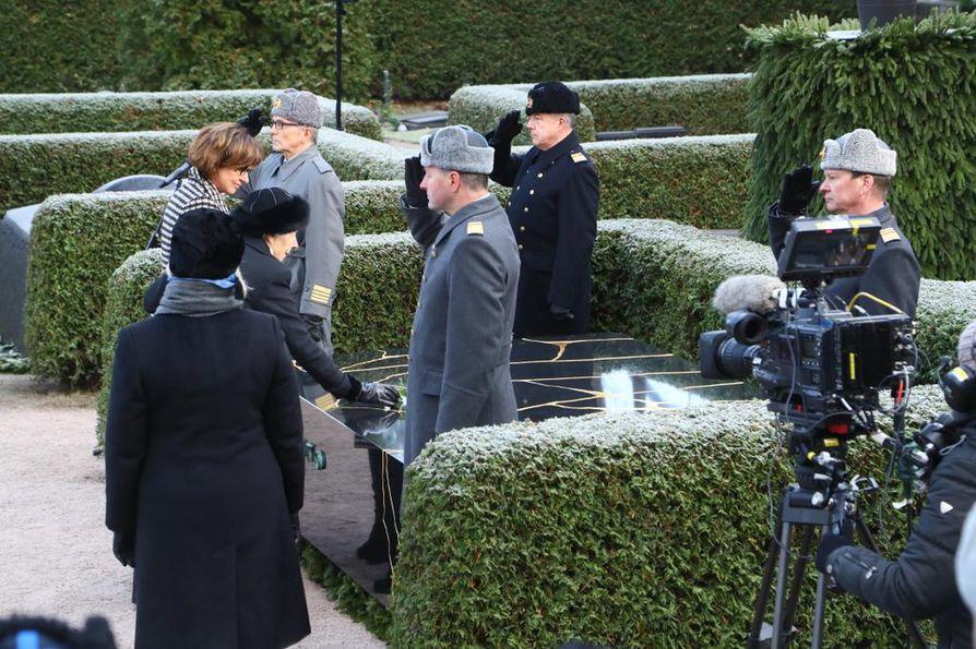 Rouva Tellervo Koivisto laski punaisen ruusun puolisonsa presidentti Mauno Koiviston hautamuistomerkille.