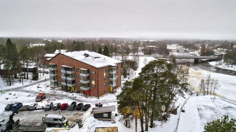 YIT saa tammikuun loppuun mennessä valmiiksi Pyhäjoen ensimmäisen kerrostalon. Niskanmäen alueelle noin 30 metrin päähän joesta valmistuvassa nelikerroksisessa talossa on 36 asuntoa. Kunta omistaa asunnoista yhdeksän.