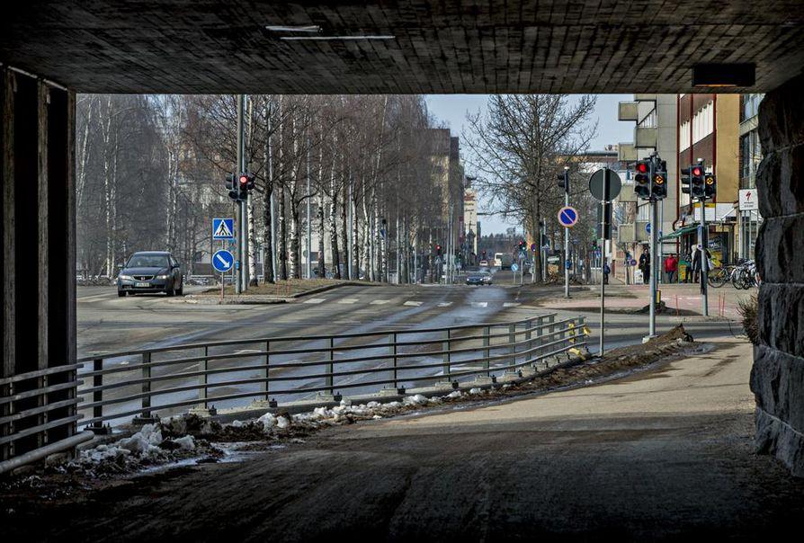 Liikennemäärät Oulun keskustassa vähenivät reippaasti, kun työväkeä  jäi paljon etätöihin.