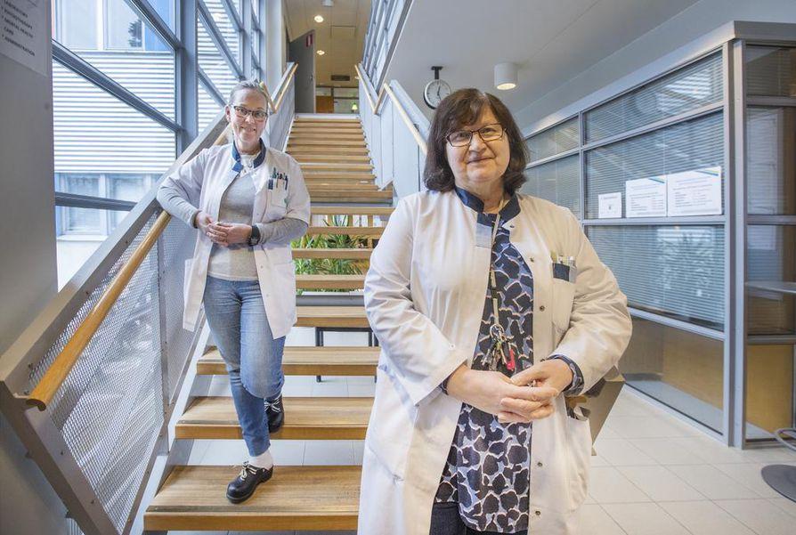 Osastonhoitaja Mirja Levo (vas.) ja ylilääkäri Riitta Mäkelä kertovat tunnelman Linnanmaalla olevan odottavainen ja positiivinen uudistuksen alla tilapäisestä henkilöstövajauksesta huolimatta.
