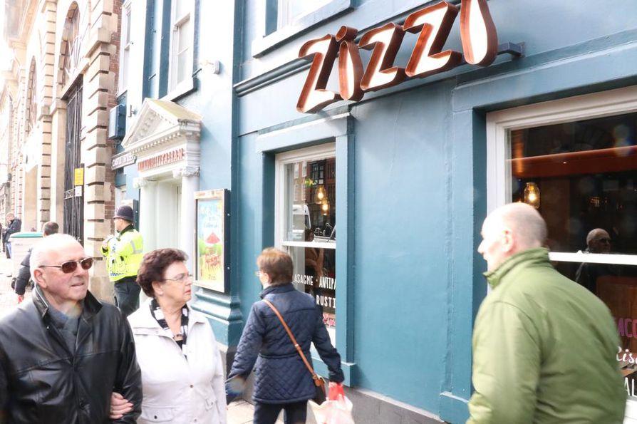 Poliisi sulki tiistaina Salisburyssa myös italialaisen ravintolan nimeltä Zizzi.