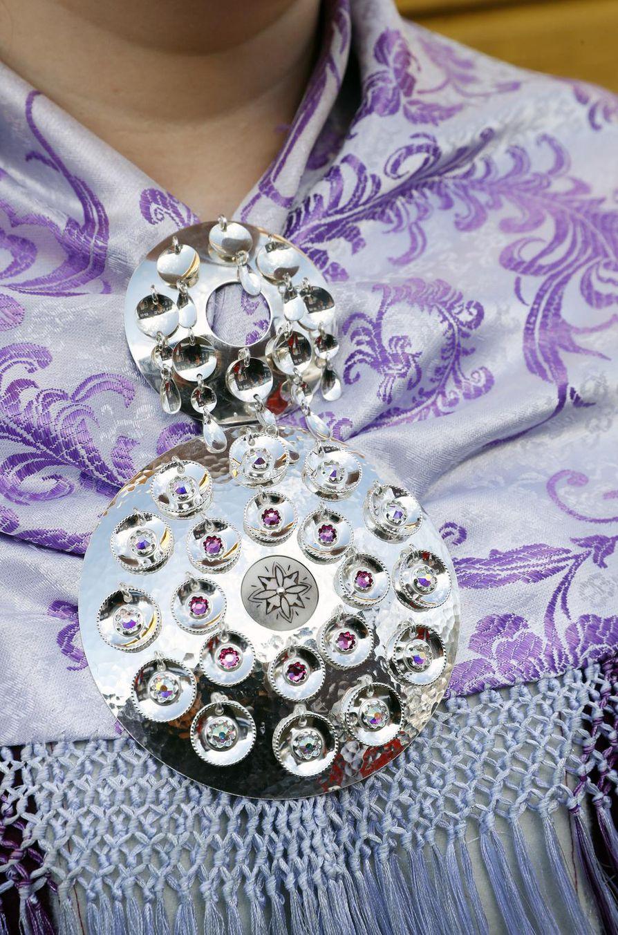 Riskun tarkoitus on kiinnittää pukuun kuuluva huivi.  Huivit valmistetaan silkistä tai villasta. Silkkihuivi kuuluu sekä naisen että miehen pukuun, mutta villahuiveja käyttävät vain naiset.