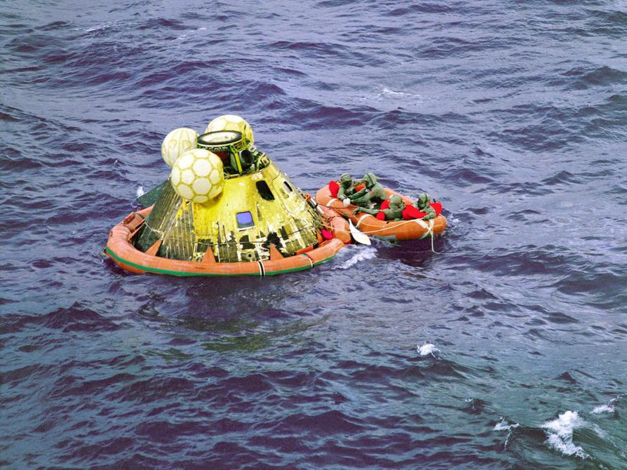 Laskeutumisalus putosi onnistuneesti Tyynenmeren keskelle 24.7.1969. Ensimmäisen kuukävelyn astronautit palasivat maahan elossa ja joutuivat saman tien kolmen viikon karanteeniin.
