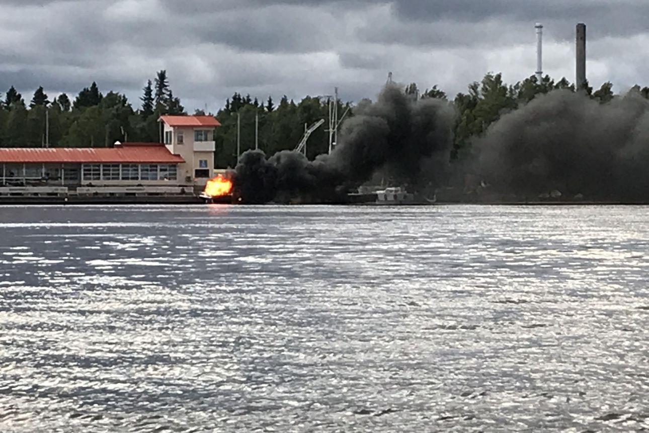 Kymmenenmetrinen vene tuhoutui tulipalossa Oulussa Seelarin venesatamassa – paikalla olleen alkusammutus esti palon leviämisen