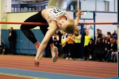 Tervolan Terävän Maria Peura hyppäsi tuplamitalistiksi nuorten SM-halleissa